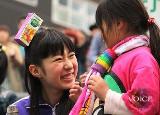 <写真>野子どもたちと体操し笑顔を見せるチームしゃちほこ大黒柚姫