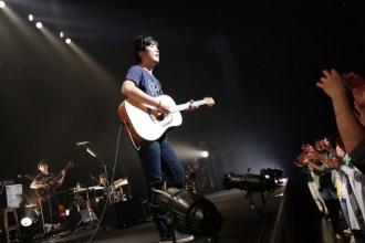 <写真>アコースティックライブ初日公演で歌う秦基博