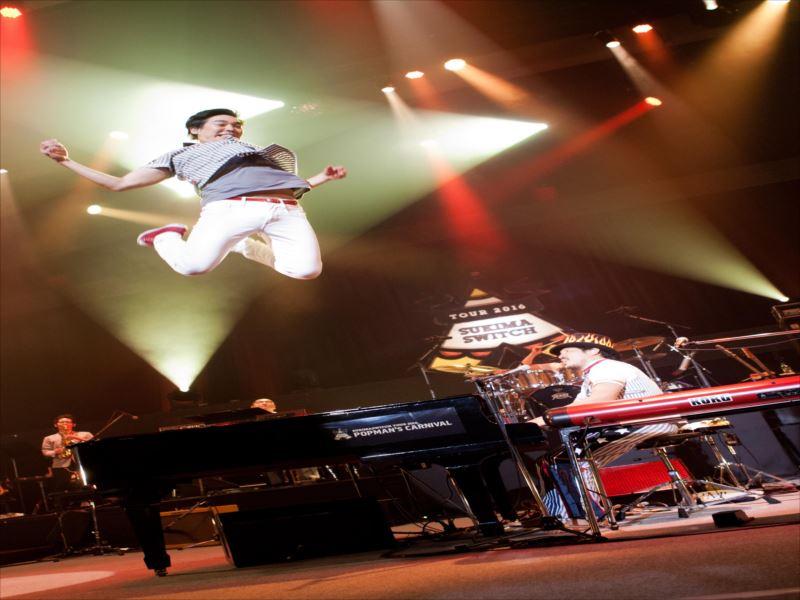 ピアノからジャンプする大橋卓弥と演奏する常田真太郎