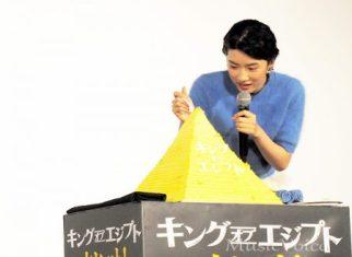 17歳の誕生日を前にサプライズで用意されたケーキにフォークを入刀する永野芽郁(撮影・橋本美波)