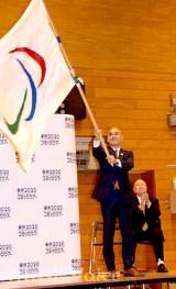 五輪旗を振る並木克巳市長(撮影・松尾模糊)