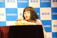 誕生日ケーキのろうそくの火を吹き消す玉城ティナ