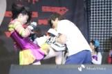 山崎コーチを相手に膝蹴りをみせる川村虹花