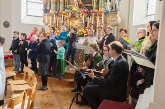 Musik war ein zentraler Bestandteil der Feier. Deshalb sangen alle, kräftig unterstützt vom Chor Corona und den Kirchenmäusen, mit. Foto: solopix.at