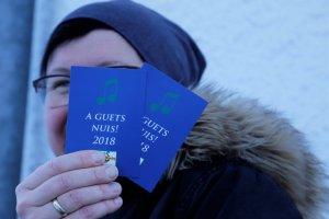 Michi Maurer vom Miniger Hof in Untermieming freut sich über die Neujahrsgrüße. Foto: Knut Kuckel/Mieming.online