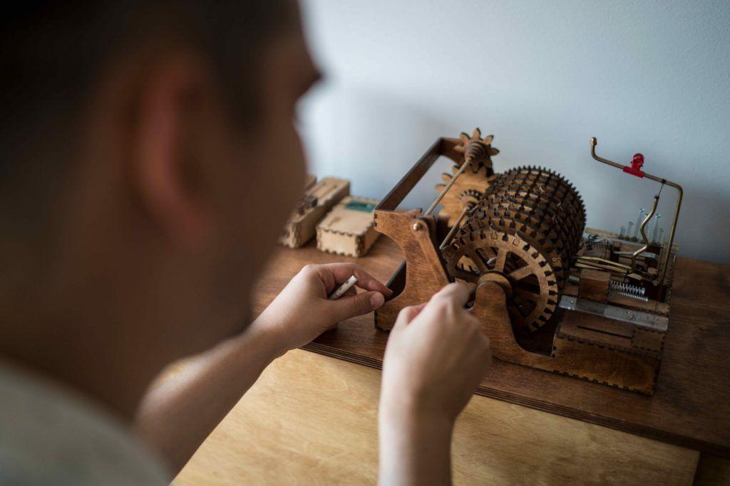 Koka Nikoladze med en av sine maskiner. Foto David Engmo