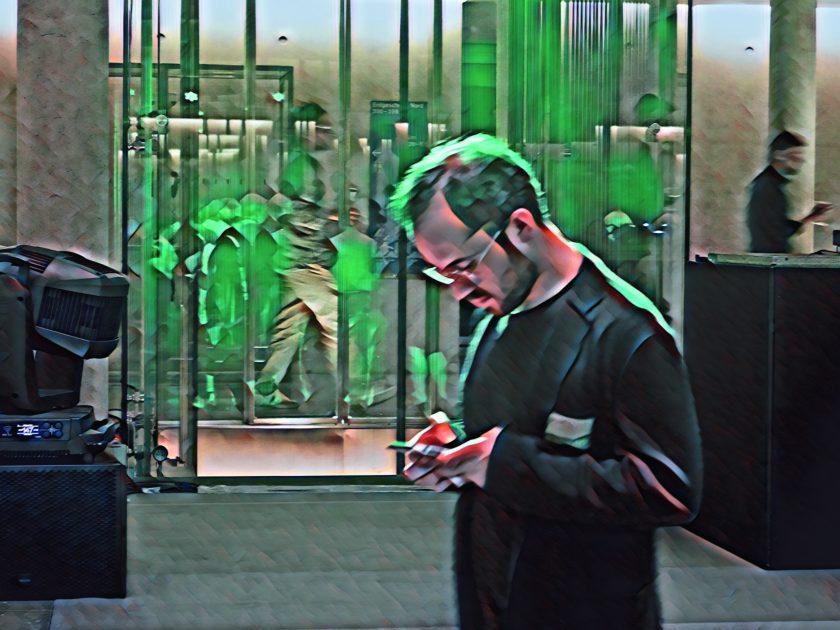 Igor Levit am Smartphone. Foto: Hufner