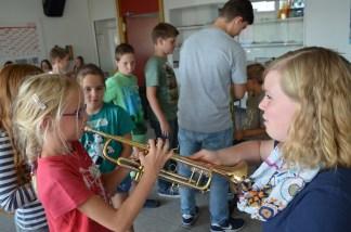 Melanie mit Lieblings-Instrument