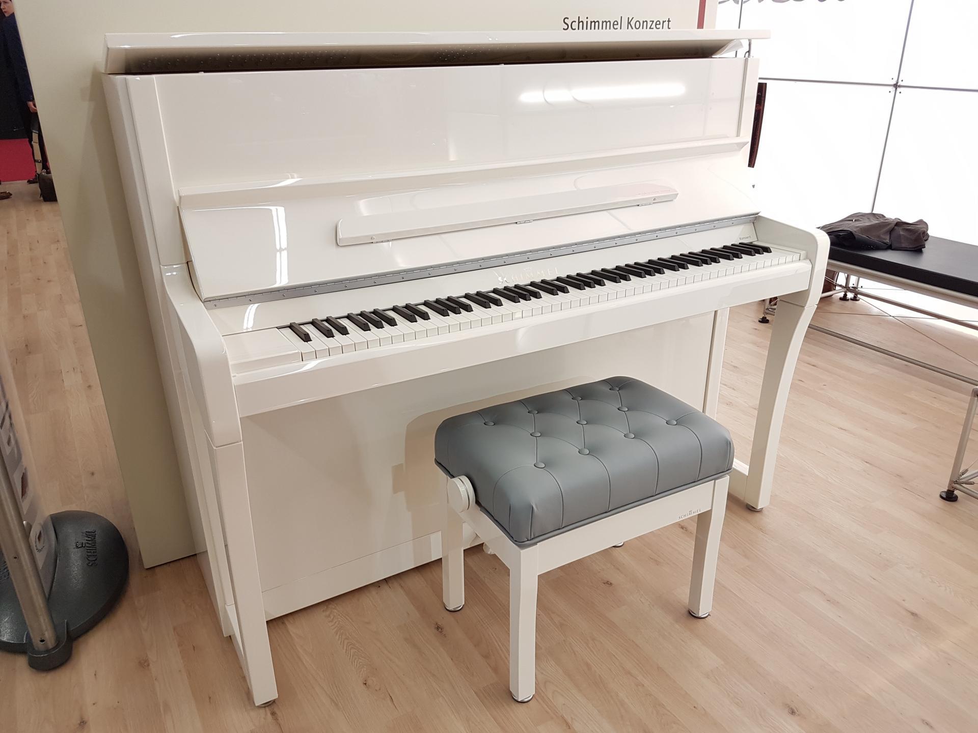 pianos droits en blanc