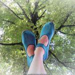Barfußschuh leguano ballerina vor einer Baumkrone