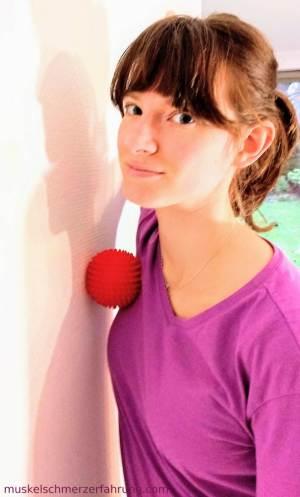 Brustgürtel an der Wand aufdehnen für eine aufrechte Haltung ~ muskelschmerzerfahrung.com