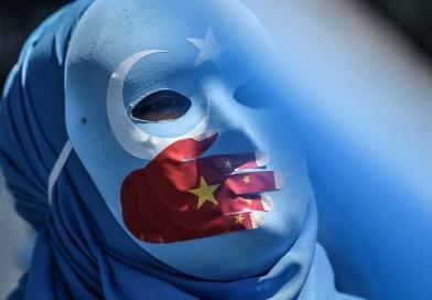 Otoritas Cina Paksa Muslim Uyghur Makan Daging Babi
