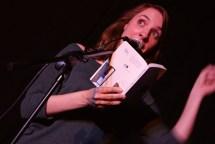 Gast Elena Anais las aus ihrem Buch Tau und hatte die Lacher auf ihrer Seite.