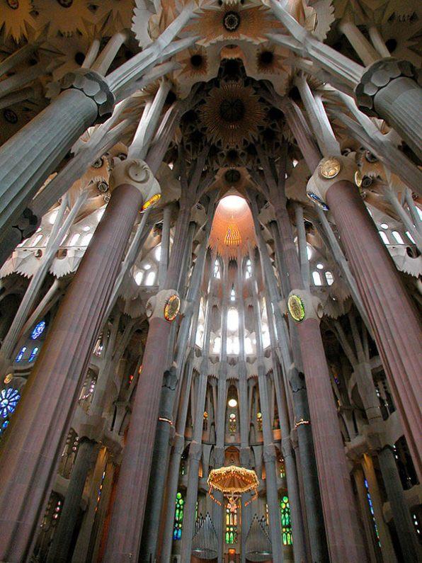 Interior de la Sagrada Familia de Gaudí