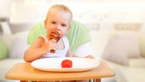 Tavuk yiyen sarışın bebek