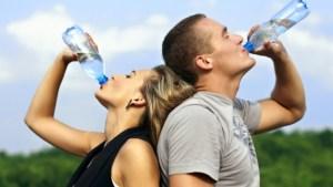 Şifa orucu su içen kadın ve erkek