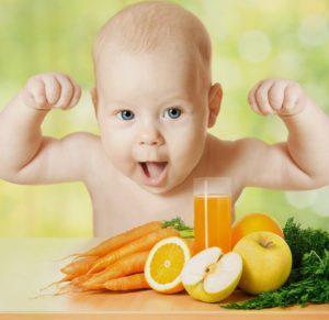 demir eksikliği havuç, elma, limon ve havuç suyu içen sağlıklı bebek