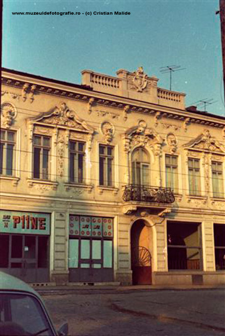 Magazin de paine aflat la parterul unei cladiri de pe Calea Vacaresti, demolata in totalitate.