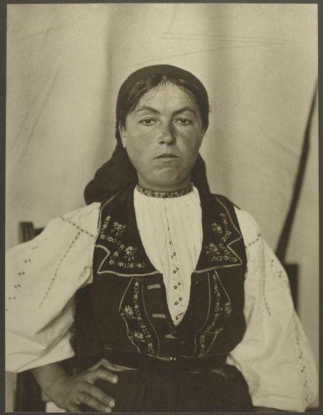 Romanian woman - ca. 1906-1914 - (c) NYPL - Image ID: 418028