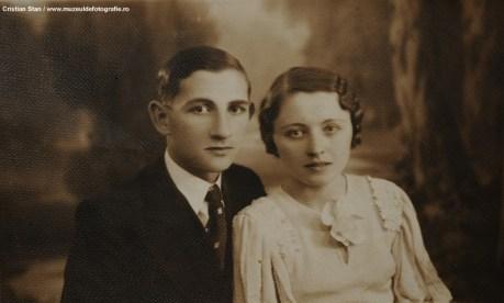 25 aug 1935 - oferită cu mult drag unchilor noștri spre amintire. Jeana și Dorel, Fam. T. Bogdasevici, Teleorman - Studio Aspasia Pitești