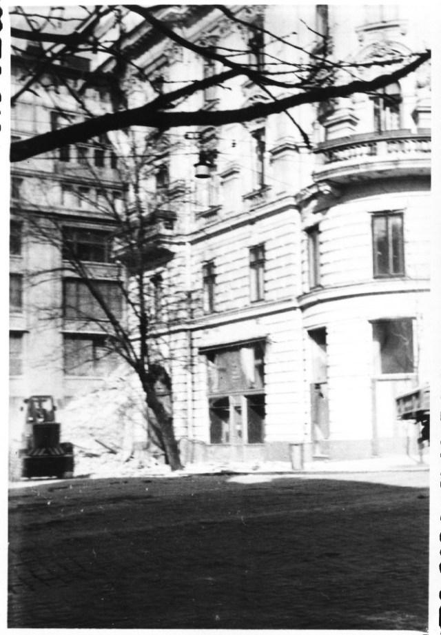 """""""In stanga, cladirea ACR, prabusita in urma cutremurului, in spatele hotelului Victoria. Bucuresti 7 martie 1977"""""""