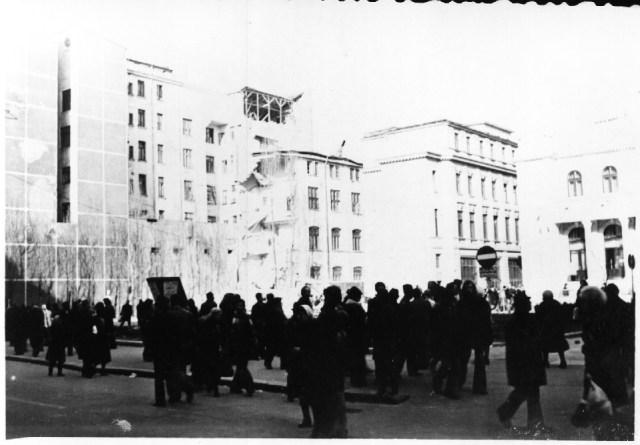 """""""Aceasta cladire (in centrul fotografiei) s-a prabusit sub ochii mei. In stanga, magazinul Romanta, in dreapta, sala Comedia. Bucuresti 7 martie 1977"""""""
