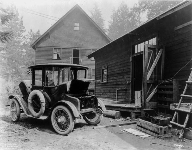 cca. 1900 - O mașină electrică în curs de încărcare