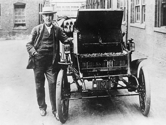 cca. 1895 - Thomas Edison alături de prima sa mașină electrică, Edison Baker și de una dintre bateriile sale