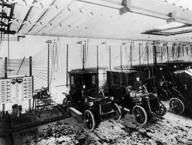 1909 - Mașini electrice la o stație de reîncărcare