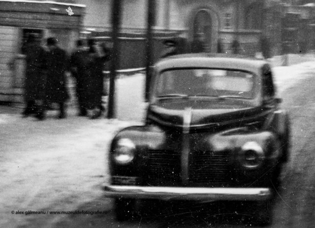 Automobilul Ford Standard Sedan si grupul de oameni din spate.
