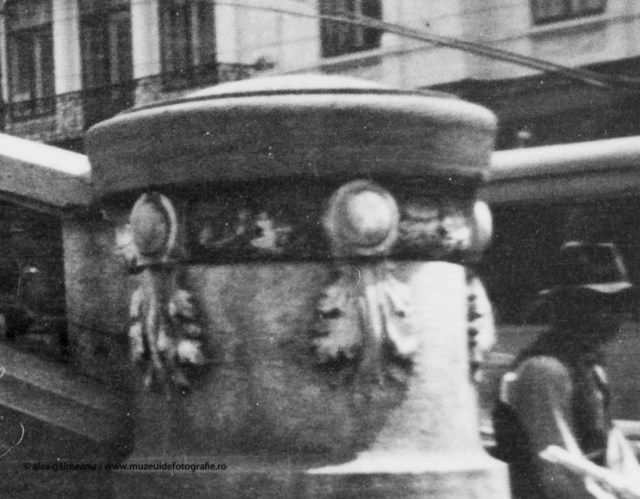 Detaliu - Cap de balustrada bogat ornamentat, disparut astazi.