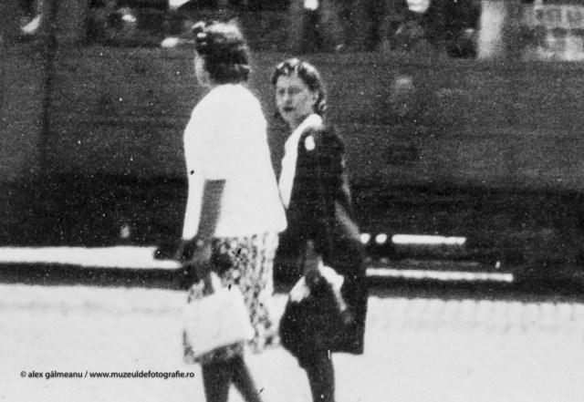 Detaliu - Femei aflate in deplasare pe Bd. Elisabeta