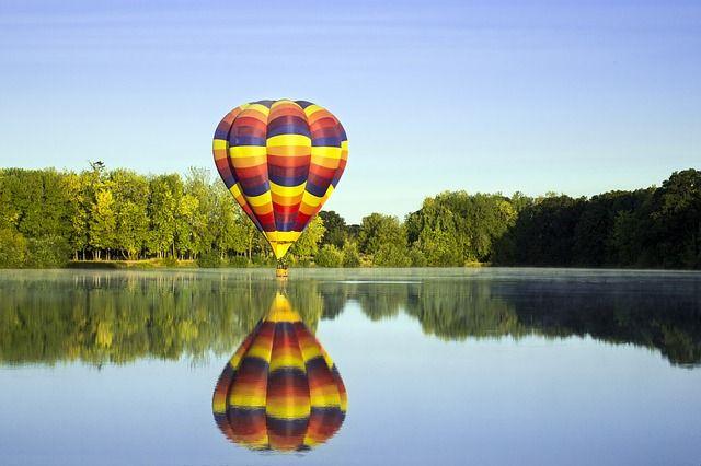 let balónom pod stromček