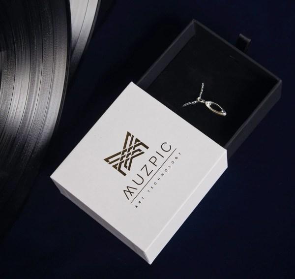 Imagen de regalo original, estuche de collar con joya de plata de primera ley del compositor Chopin sobre la obra Nocturno.