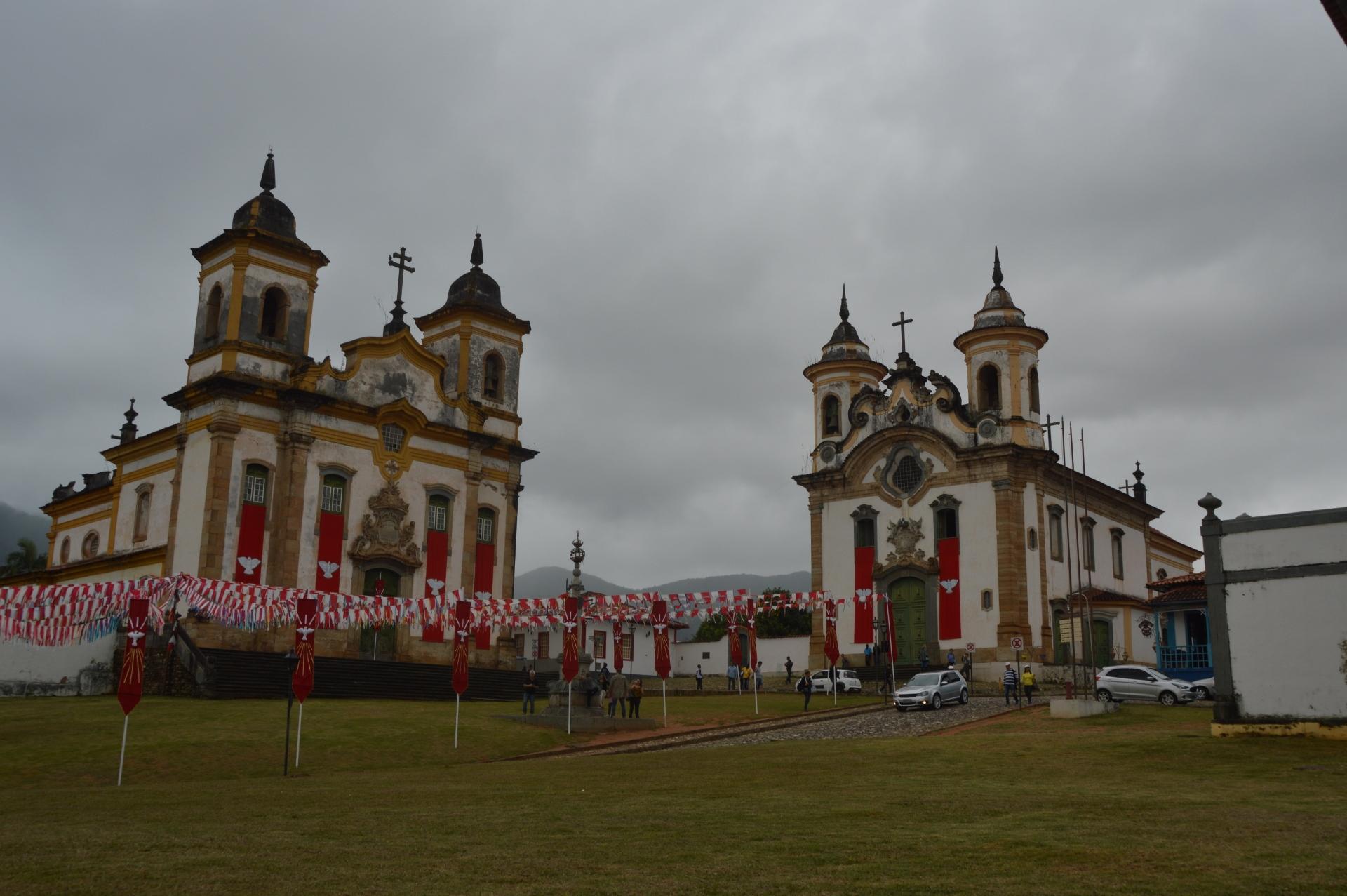 Igreja de São Francisco de Assis (esquerda) e Igreja Nossa Senhora do Carmo (direita), Mariana - MG, by Luciana de Paula, 2016