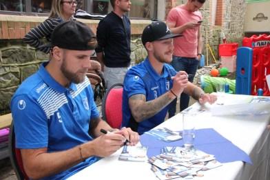 FCM-Kicker geben Autogramme