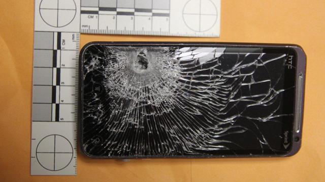 รอดปาฏิหารย์… HTC EVO 3D โชว์อึดรักษาชีวิตจากคมกระสุนรีวอลเวอร์!!