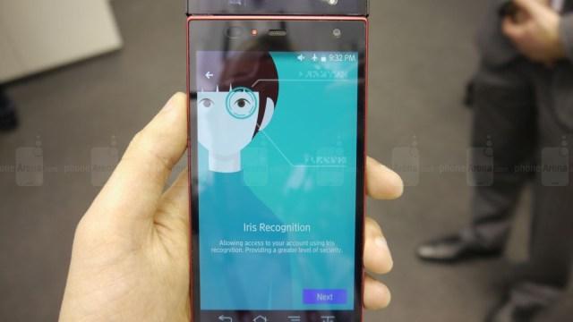 พร้อมวีดีโอ Fujitsu สาธิตโทรศัพท์ระบบสแกนม่านตาที่งาน Mobile Congress 2015