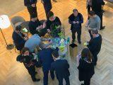 Vue du dessus d'un groupe autour d'un atelier créatif pendant un team building artistique à l'espace victoire en ile de France Paris