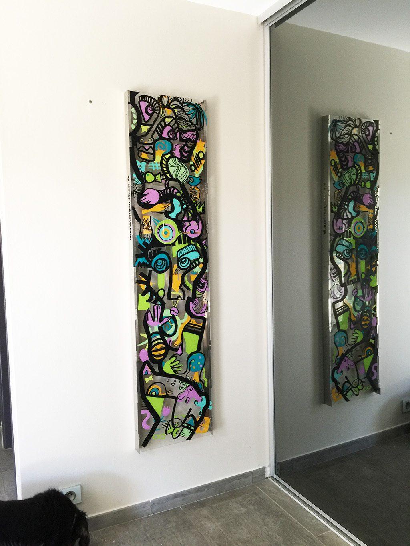 un tableau tout en longueur de l'artiste aNa se reflète dans un miroire