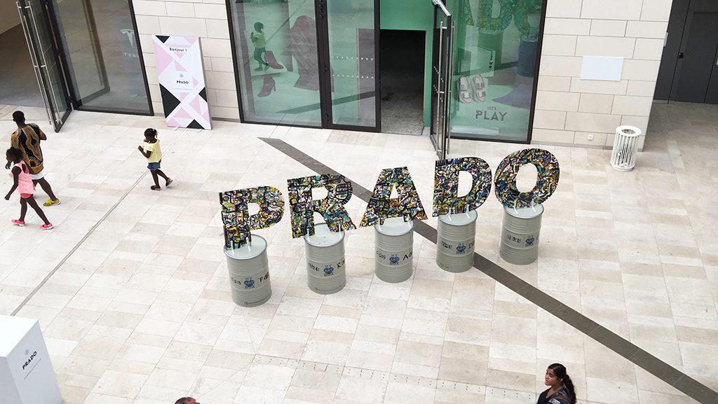 Vue du dessus des lettres œuvre d'art PRADO par l'artiste aNa au milieu du centre commercial à Marseille
