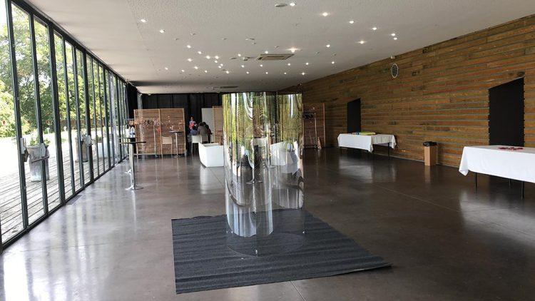 un cylindre tube transparent au milieu d'une salle de réunion ou de réception