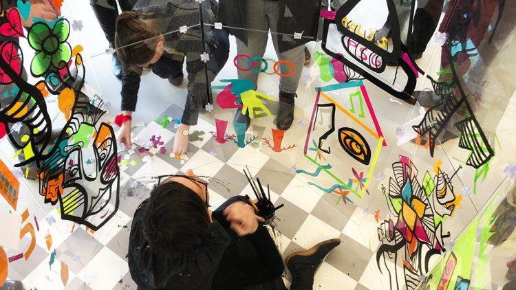 aNa crée une fresque géante avec les participants au serious play artistique MYARTBOX