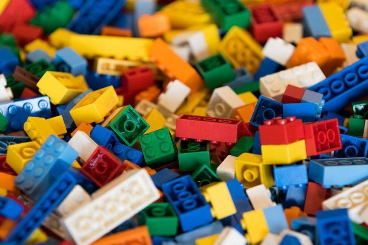 pièces de lego de toutes les couleurs disponibles pour séances team building serious play