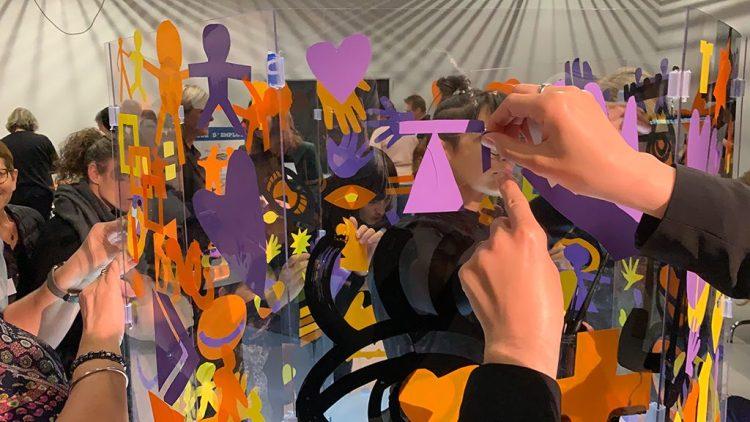 des formes de couleurs découpés par les participants à un atelier team building plexi art de l'artiste ana