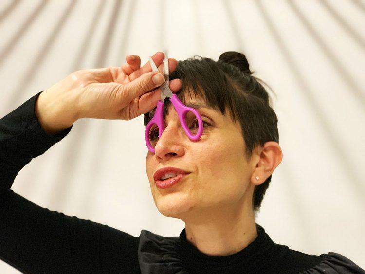 l'artiste aNa joue avec une paire de ciseaux qu'elle transforme en lunettes pour faire un poisson d'avril