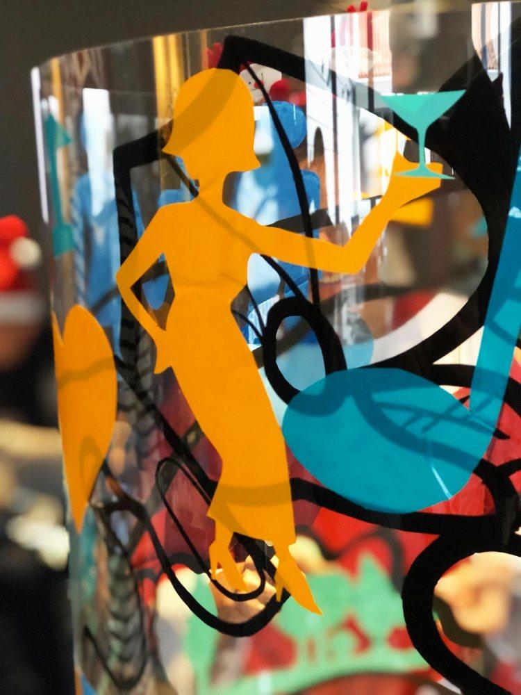 une forme de femme qui danse un vert à la main est une exemple d'idée découpée et collée lors du team building myartbox fresque plexi qui ressemble à un poisson d'avril original