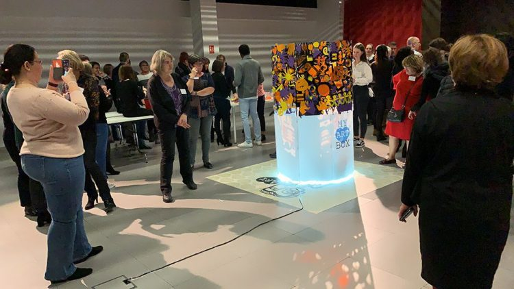 une format de team building sur mesure pour fresque team building aNa myartbox sur stand salon préventica