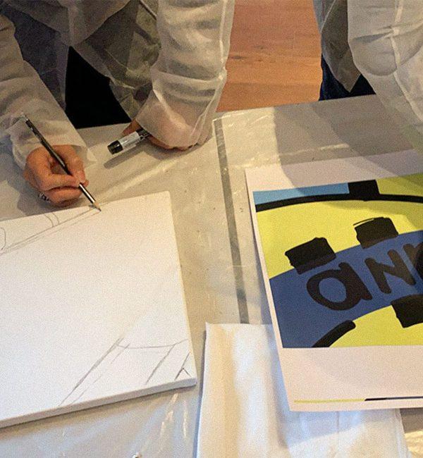 Une invités reproduit le visuel d'aNa au crayon à papier