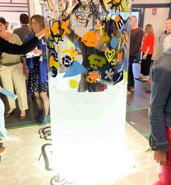 Fresque Participative Team Building Graffiti Tube néon totem plexi par l'artiste aNa